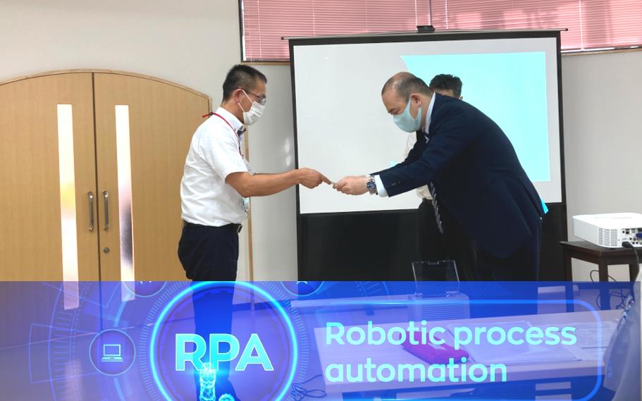 修了証授与の様子 左:RPA案最優秀賞の八木さん 右:吉森講師